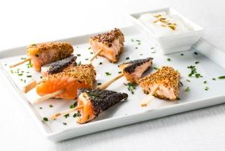 Pinchitos de salmón fresco con salsa de  yogur y curry