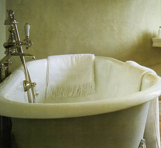 Clawfoot bathtub, image from Maisons Côté Sud, edited by lb for linenandlavender.net (l&l)