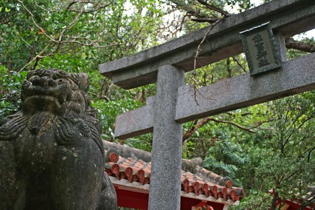 住吉神社の鳥居とシーサーの写真