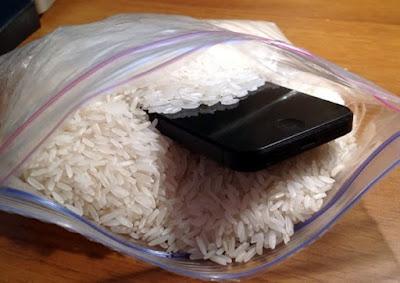 tentu saja bisa beginilah cara memperbaiki hp yang terendap di air menggunakan beras