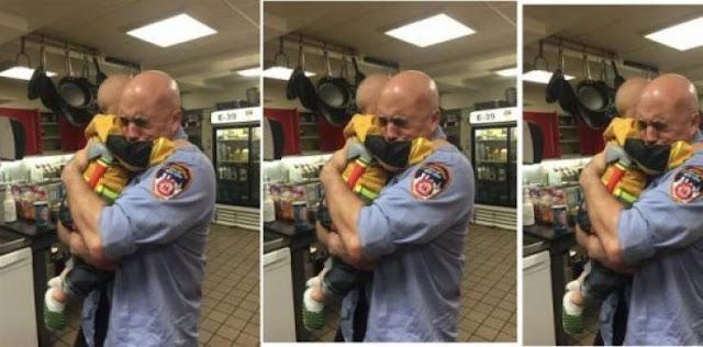 اليكم ما حدث مع طفل لم يحضر أحد عيد ميلاده أمه استدعت مجموعة من رجال الإطفاء لكن ما حدث بعد ذلك جعل الجميع يذرفون الدموع !