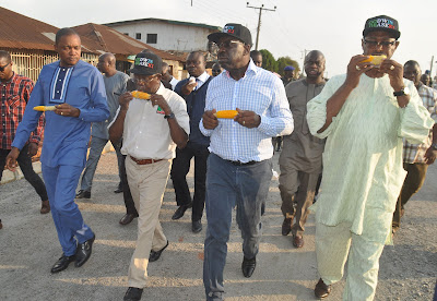 Photos: Oshiomhole and APC Guber Aspirants Eating Corn While On Inspection