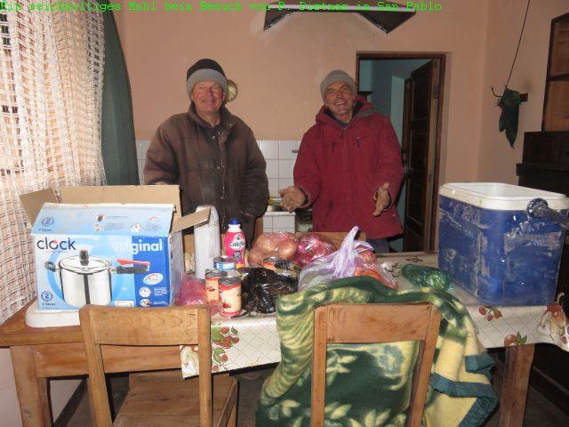 Pater Dietmar war eigens aus Esmoraca mit seinen beiden Helfern angereist und brachte viele Lebensmittel mit, die hier auf 4.250 Metern zumeist fehlen.