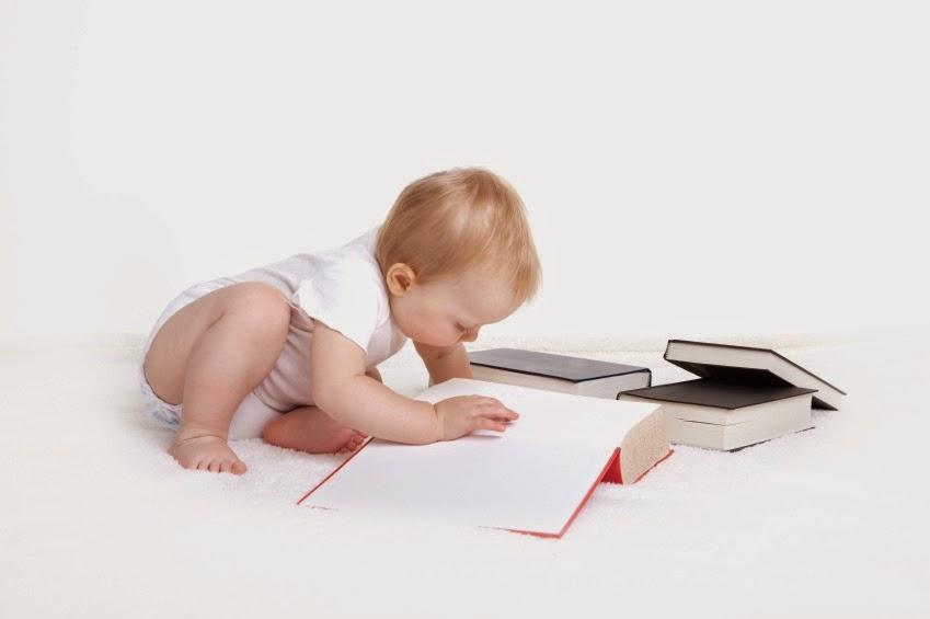 Gambar bayi sedang membaca buku terbaru