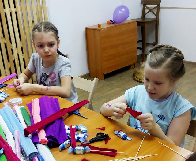 в кото - кафе девочки готовят в подарок букеты из конфет