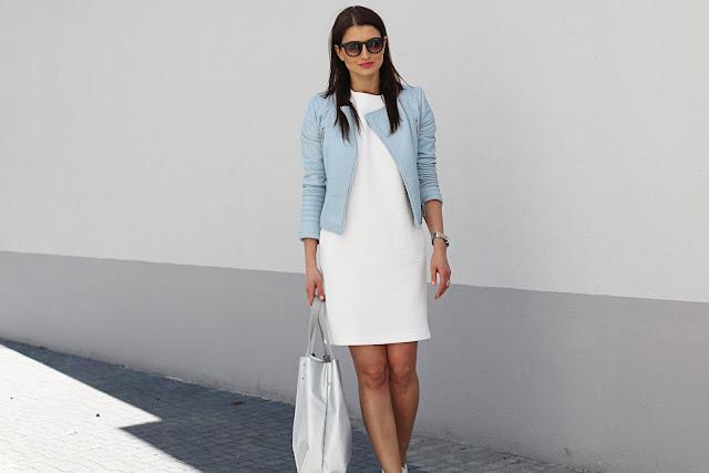 białe trampki, business casual, novamoda style, styl na wiosnę, trendy, wiosnenny styl, sneakers, snakers style, białe trampki, modne sukienki, kobiety, styl życia, biała sukienka, biker, jak nosić, moda blog, stylizacje, wiosene stylizacje, sukienka trzy stylizacje