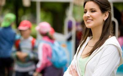 عودة طفلك إلى المدرسة أسهل مع هذه الحيل المبتكرة , امرأة واثقة انيقة مبتسمة مقبلة على الحياة الثقة بالنفس confident woman proud self esteem