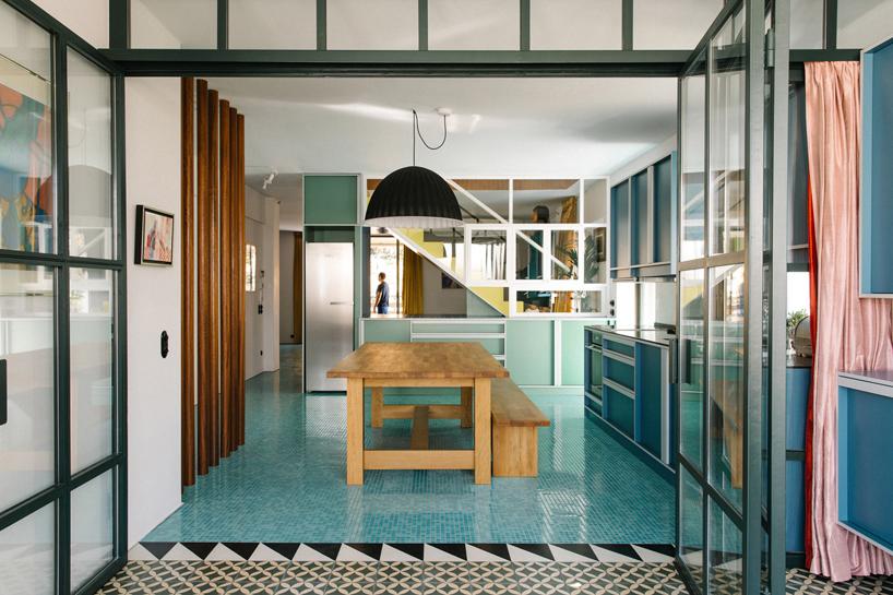 Mensole In Vetro Luminose.Audace Luminoso E Divertente Appartamento Ad Atene By Point