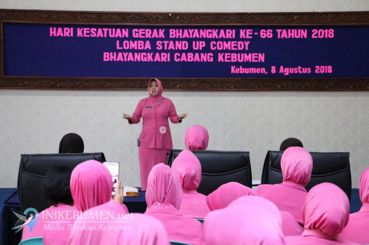 Kocak! Ibu-ibu Bhayangkari Polres Kebumen Ikuti Lomba Stand Up Comedy