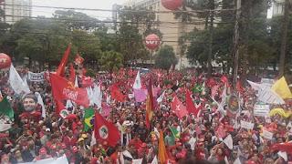Militantes lotam Centro de Curitiba em defesa de Lula