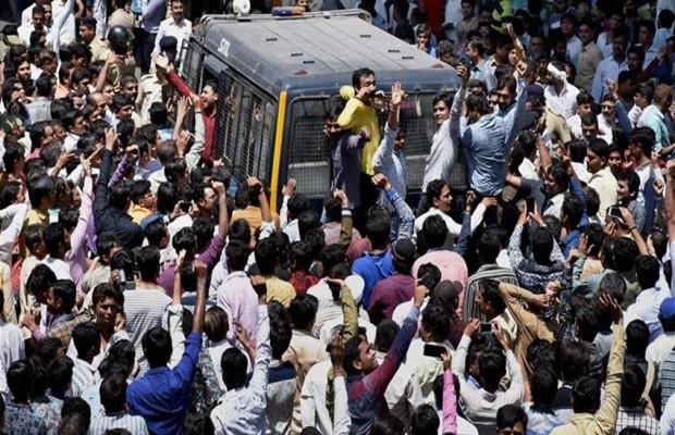 गुजरात : पटेल आंदोलनकारियों और पुलिस के बीच हिंसक झड़प