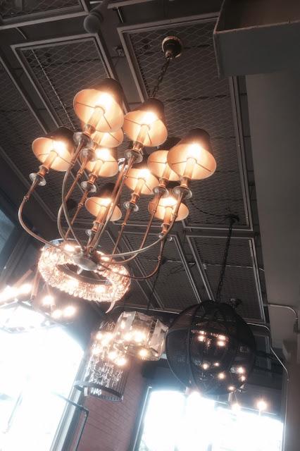 โคมไฟสวยๆ คู่เพดานสูงๆ ตกแต่งสไตล์ลอฟท์ มันคือดีอะ