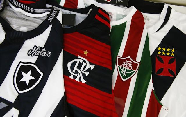 O futebol carioca,do jeito que anda, vai ficar reduzido ao Flamengo como clube que disputa títulos nacionais e internacionais. Vejam como foram as decisões dos 4 principais campeonatos regionais do Brasil, somando o resultado dos 2 jogos finais: em São Paulo: Corinthians 2 x 1 São Paulo; em Minas: Cruzeiro 3 x 2 Galo; no Rio Grande do Sul:Grêmio 0 x 0 Inter (Grêmio foi campeão vencendo a disputa de pênaltis); no Rio: Flamengo 4 x 0 Vasco. Deu pra perceber a disparidade de forças, o desequilíbrio em favor do Flamengo? A situação está tão crítica no futebol carioca, que o Invencível Mengão foi campeão ganhando as finais sem precisar da ajuda de seu poderoso Departamento de Árbitros. Ou os outros três reagem rapidamente ou vão continuar meros partícipes (sou um Barão erudito! ;)) dos campeonatos que disputam. E brigando pra não caírem, como vem sendo frequente nos últimos anos, no Brasileirão. Sem ídolos e títulos, as torcidas de Bota, Flu e Vasco vão minguando ano após ano. No mais, parabéns aos bilhões de pacatos e ordeiros torcedores da NaSSão pelo título do Carioquinha, que ano passado, com o Botafogo campeão, vocês diziam que não valia nada