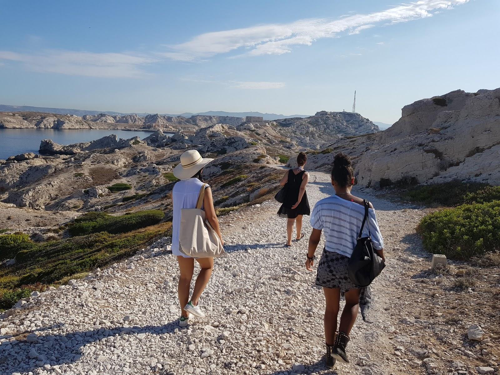 les copines qui marchent sous le soleil a Marseille ile Frioul
