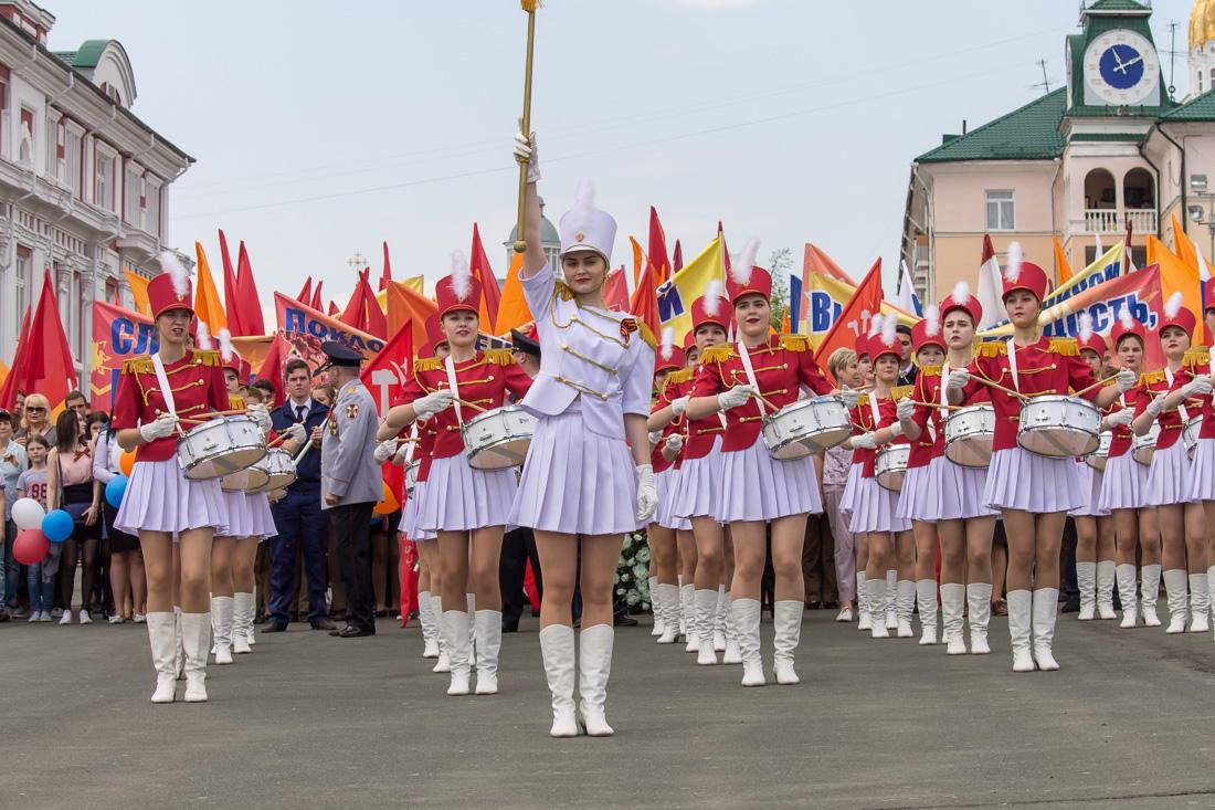 Девушки-барабанщицы в коротких белых юбках
