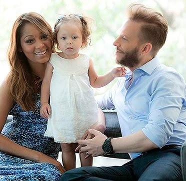 Foto de Noel Schajris posando con su pareja y su bebé