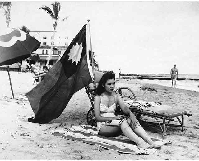 Chinese US citizen flying the Chinese flag at the beach, 15 December 1941 worldwartwo.filminspector.com