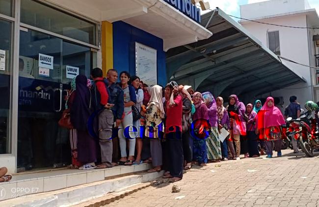 Banyak Tidak Paham ATM, Penerima PKH Lampura Berjubel Antri di ATM Mandiri