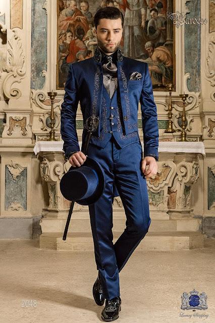 Queue-de-pie baroque en satin bleu avec broderie d argent 34a9d1ddb10