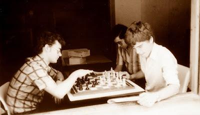Ajedrecistas entrenándose en el Casal Parroquial en 1978