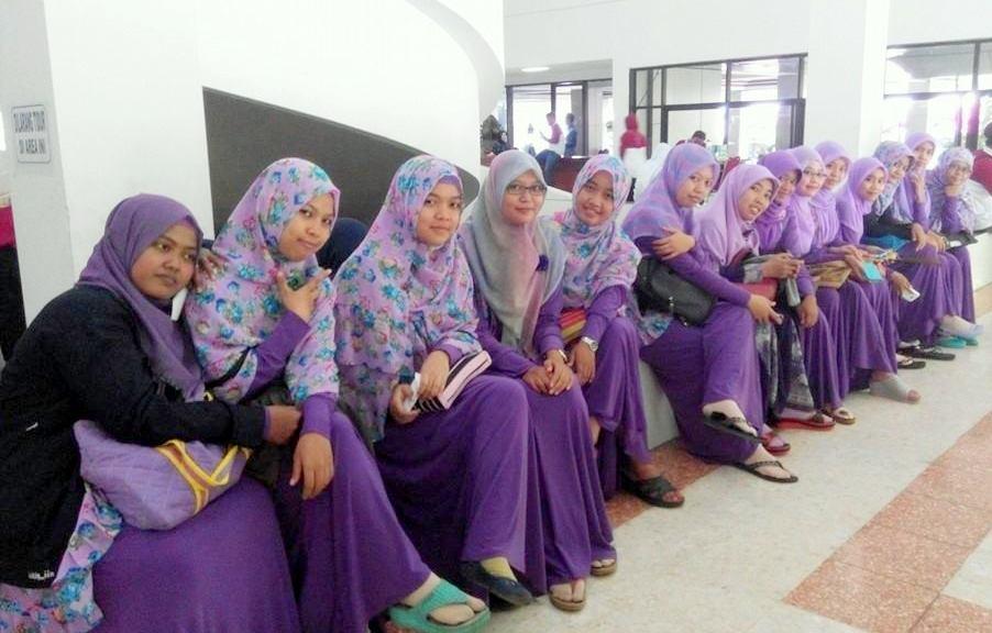 Image result for Mewajibakan Tamu Undangan Menutup Aurat