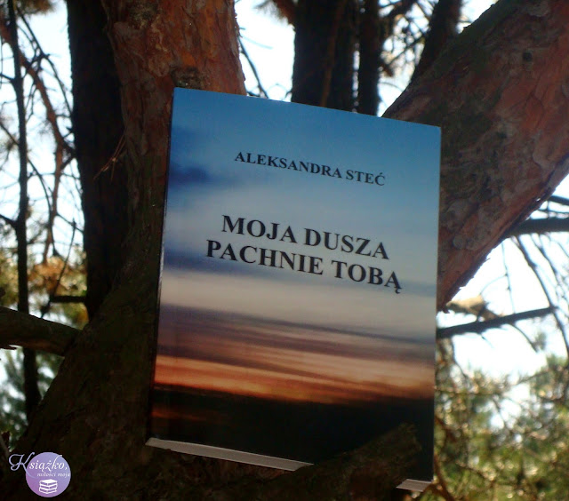 Moja dusza pachnie tobą to książka autorstwa Aleksandry Steć. Jest to zbiór przeróżnych cytatów i krótkich myśli autorki. Większość z nich traktuje o miłości, ale są również takie, która mówią o życiu, przyjaźni czy śmierci.  Książka pani Aleksandry to krótkie formy zmuszające nas — czytelników — do refleksji. Podeszłam do tej publikacji z wielką rezerwą. Jednak nie rozczarowałam się jej formą i przesłaniem. Ten zbiór krótkich sentencji niewątpliwie wyróżnia się na tle innych powszechnie znanych opowieści. Dla mnie jest pierwszą tego typu książką i muszę przyznać, że pochłonęłam ją w jedną chwilę, a do większości cytatów będę wielokrotnie wracać.  Aleksandra Steć obnaża przed nami wszystkie ludzkie słabości. Pokazuje rozmaite odcienie miłości, przyjaźni i życia. Udowadnia, że słowa mają wielka moc i potrafią wypełniać nas rozmaitymi emocjami. Przyznam szczerze, że kiedy spostrzegłam, iż książka to tylko zbiór pourywanych myśli, stwierdziłam, że z tego nie może być nic dobrego, jednak z każdym kolejnym cytatem, z każdą życiową prawdą, zmieniłam zdanie o sto osiemdziesiąt stopni. W publikacji zaznaczyłam kilkadziesiąt cytatów, do których będę wracać, które mają dla mnie moc i poruszają moje emocje.  Myślę, że w tej krótkiej książce odnajdzie się każdy z nas niezależnie od wieku i od doświadczenia życiowego. Młoda autorka pisze w taki sposób, że jej słowa można interpretować, jak nam się żywnie podoba. Każdy z nas przeżył kiedyś jakiś zawód, każdy kogoś stracił i każdy z nas ma na swoim życiowym koncie chwile szczęścia i błogiej radości. A autorka na kartach swojej książki odrysowała każdą emocję, każdy błogi i niepewny stan, poprowadziła mnie przez szereg rozmaitych przeżyć i wszystko to bez zwięzłej i spójnej fabuły, bez bohaterów, bez dialogów. W tej książce bohaterką byłam ja, a każdą z myśli autorki interpretowałam pod siebie. Ta książka to była metafizyczna przygoda, której nie zapomnę.    Książka została podzielona na cztery części, w których autorka zaznajamia 