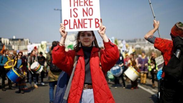 Protesta ambientalista llega al principal aeropuerto de Londres