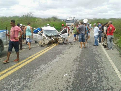 A frente do veículo ficou destruída com o impacto na traseira da carreta. Foto: C. Ferreira / Destaquebahia.com.br