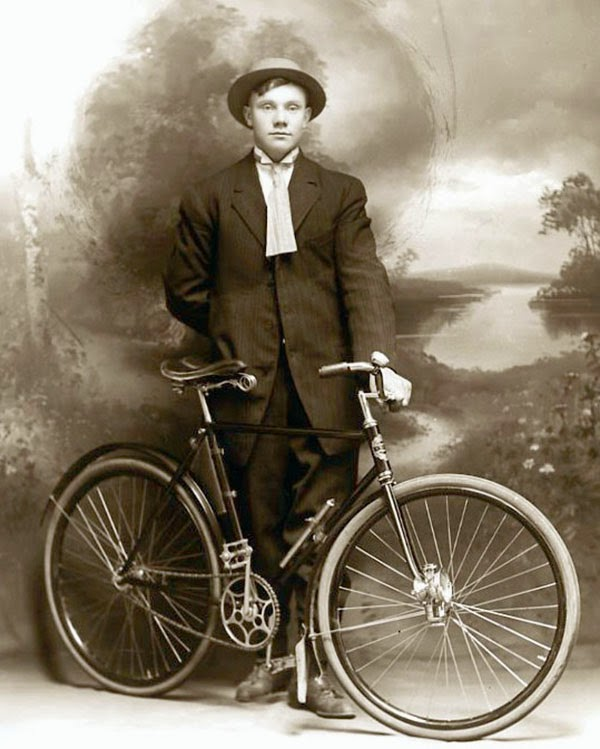 30 Vintage Photos Of Men And Bicycles From The Early 20th