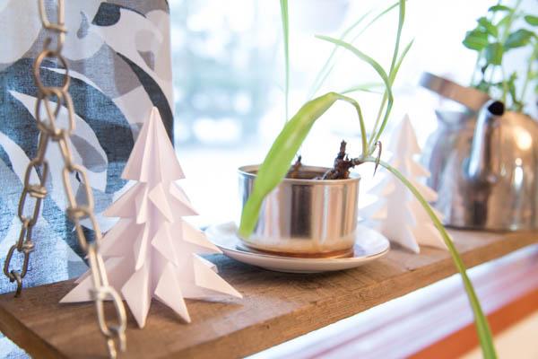 Valkoiset origamikuuset tuovat talvista tunnelmaa yrttilaudalle.