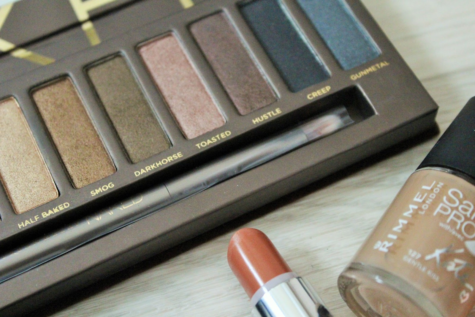 Nude makeup look featuring Urban Decay Naked Palette shade Toasted