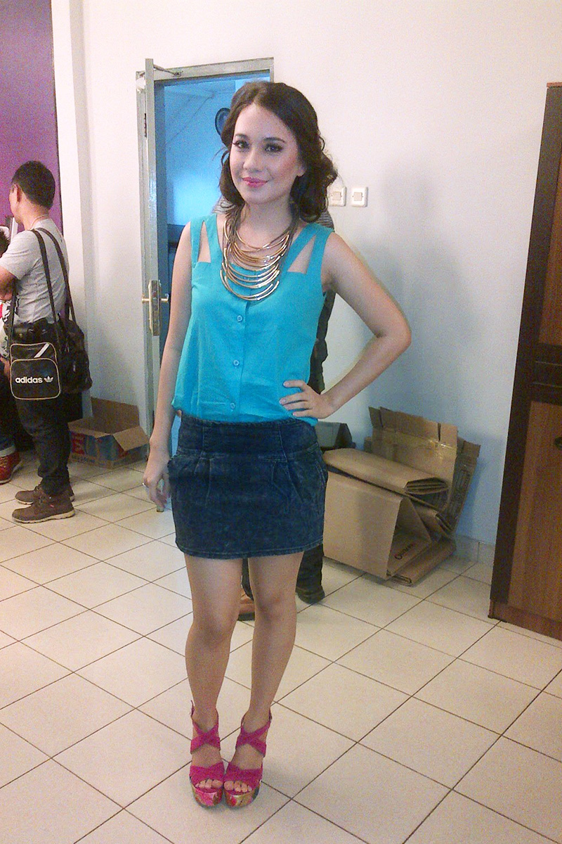 Christie Julia paha mulus rok mini presenter SCTV