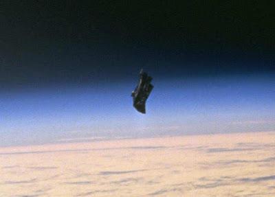 Il presunto satellite Black Knight nella foto scattata dagli astronauti dello Shuttle Endeavor