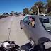 Motociclista ensina criança a não colocar os pés fora do carro
