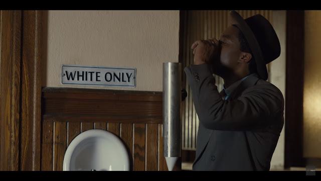 Marshall mengambil minum pada tulisan khusus kulit putih sebagai bentuk protes