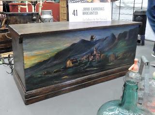 Baúl con frente pintado en el desembalaje de Arriondas