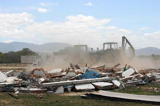 Fazenda de produção de arroz demolida após expulsão dos fazendeiros de Raposa Serra do Sol.