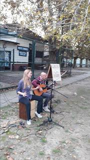 Decenas de vecinos disfrutaron la música de Ana y Seba en la Biblioteca