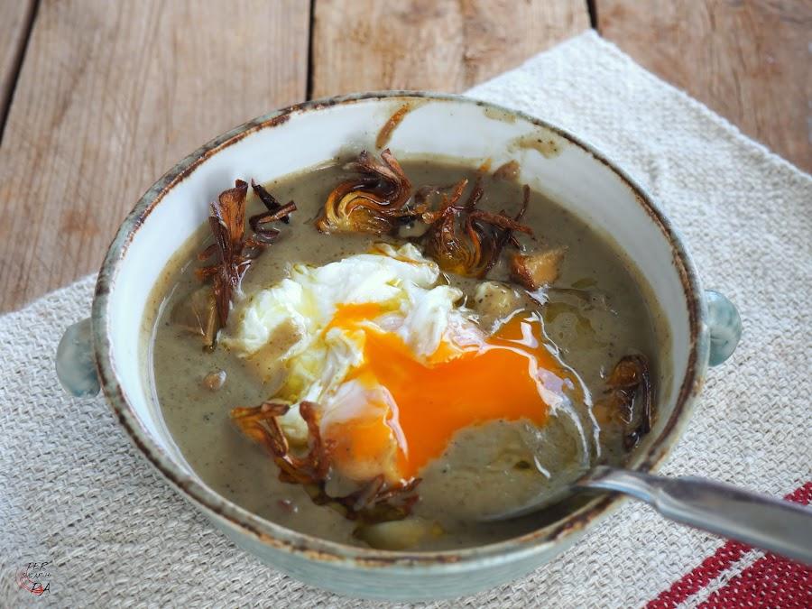Crema de alcahofas asadas con alcachofas y ceps confitados, foie, crujiente de alcachofa y huevo poché.