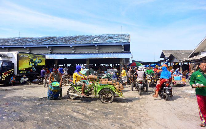 Keramaian di kawasan Pelabuhan Brondong, Lamongan