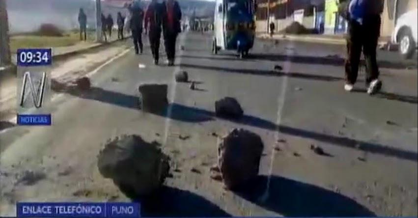 Maestros de Puno bloquean diferentes vías y protestan contra el gobierno