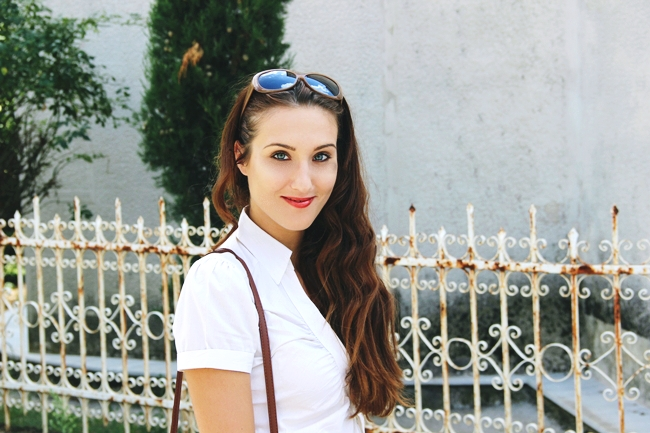 White summer looks.Beli letnji outfit..H&M white striped blouse.Light brown sunglasses.Best orange lipstick.