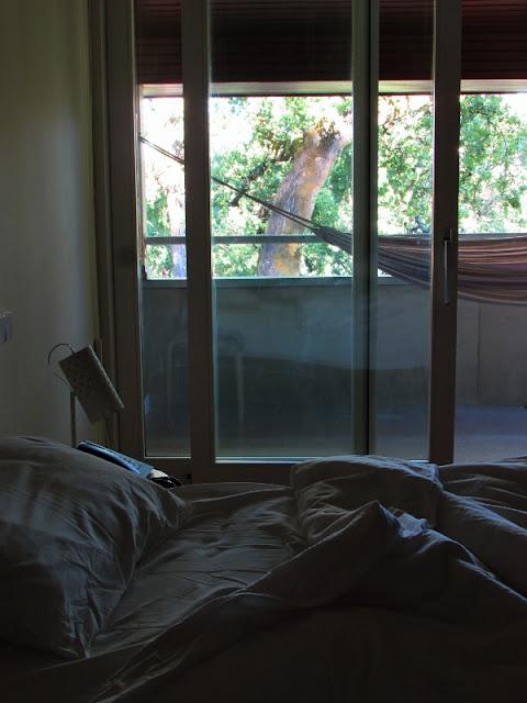 quarto de hotel e varanda com rede