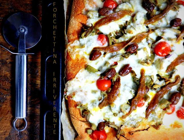 PIZZA con CARCIOFI, provolone dolce, olive nere e acciughe