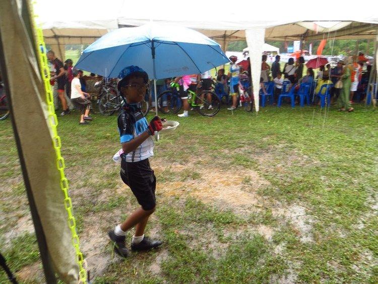 тайский мальчик в очках и зонтиком