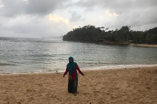 Suasana indah namun sepi di Pantai Teluk Putri