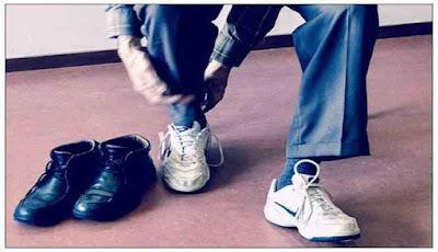 Mengenakan kaos kaki