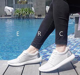 Sepatu sneakers style menjadi model pilihan untuk dipakai ke kampus