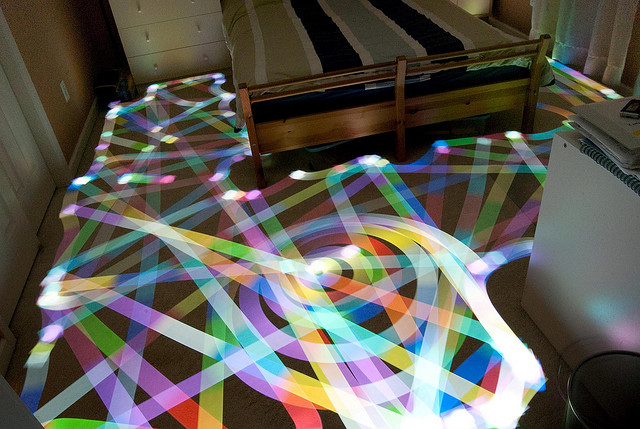 まるでワープのよう?長時間露光で撮られた美し作品7つ【Art】 ルンバが描く光の模様
