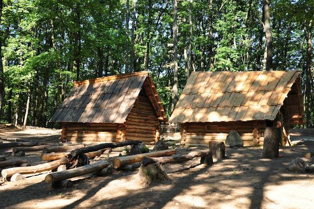 """Bojná - grodzisko - """"rekonstrukcja"""" chat wczesnośredniowiecznych"""
